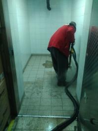 parní čištění namrzlé podlahy