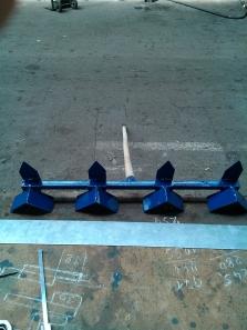 riadkovač na sadenie 2v1 umožňuje jednou stranou vykopať súvislý riadok a s druhou stranou jednoliato zahrabať