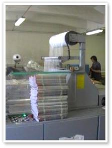 Balení tiskovin na balícím stroji