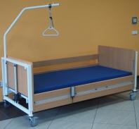 Nemocniční a pečovatelská lůžka, drtiče podložních mís, XXL multifunkční sprchovací a toaletní křesla, chodítka a další ošetřovatelské pomůcky
