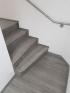 Vinylová podlaha i schody ve stejném dekoru