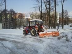 Plužení komunikací traktorem se zadní radlicí