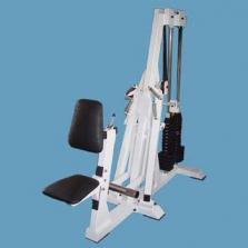 Stroj přítahy k hrudníku v sedě s nerovnoběžnou dráhou pohybu