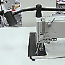 Lampa uchycená na hlavu stroje