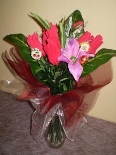 kytica z bonbónov zabalených v ruži