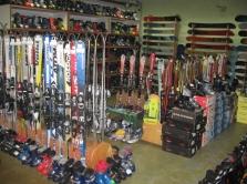 Predaj nových a použitých lyží, bežiek a snowboardov