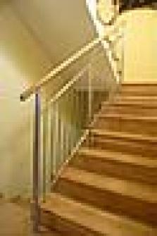 Nerezová zábradlí schodiště - výplň svislými tyčemi