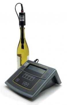 Laboratorní přístroj pro zjištění obsahu rozpuštěného kyslíku přímo v lahvi vína