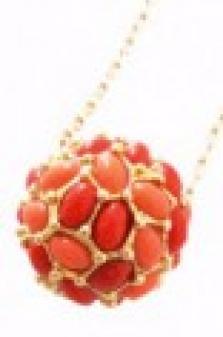Zlatý řetízek s přívěskem ve tvaru koule s korálovými perličkami