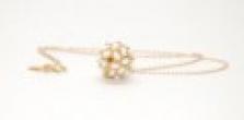 Zlatý řetízek s přívěskem s bílými perličkami