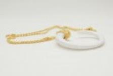 Zlatý řetízek s bílým přívěskem