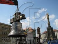 Chrám sv. Michala v Olomouci 2009 - zvon sv. Maria, ladění c1, hmotnost 2500 kg, montáž při svěcení během mše svaté