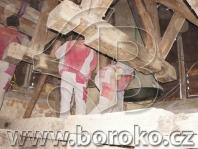 Výměna stropních trámů pod zdviženou zvonovou stolicí - kostel sv. Jana Nepomuckého, Křenovice u Kojetína