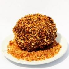 Tmavá mrazená čokoláda obalená v pražených orieškoch s karamelom