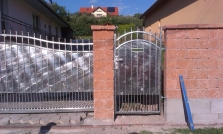 Plot so samosnosnou bránou a bráničkou