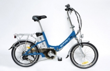 """Skládací elektrokolo vhodné do městského provozu.  Motor: 36V/250W bezkartáčový motor s planetovou převodovkou v zadním kole Baterie: 36V/10Ah Li-lon, s bezpečnostním zámkem, životnost 500-800 nabíjecích cyklů Čas nabíjení: 4-6h (nabíječka je součástí dodávky) Max. rychlost: 25km/h Dojezd elektrokola: až 50km Nosnost kola: 100kg Systém pohonu: třístupňový pedal asistent (PAS) Rám: materiál Al 6061, velikost 16"""" Přední vidlice: odpružená ZOOM Q120 Ráfky: Al 20x1,75 Pláště: 20x1,75 (406-47) Brzdy: V-brake, Tektro 857 Řazení: Shimano SL-TX50-6R Přehazovačka: Shimano RD-TX35 Tourney TX Vícekolečko: 6-kolečko 14-28z (šroubovací) Středová osa: zapouzdřená, 4-hran Kliky / převodník: Lasco Al 170mm / ocelový 42zubů Sedlovka: průměr 27,2mm, délka 275mm Pedály: kombinace plast/hliník, sklopné Příslušenství: osvětlení (napájení AA/AAA články), blatníky, zadní nosič, boční stojánek, zvonek Hmotnost kola: 23 kg (včetně baterie) Balení - rozměry (DxŠxV)/hmotnost:85x37x71cm (odpovídá rozměru kola ve složeném stavu)/28kg"""