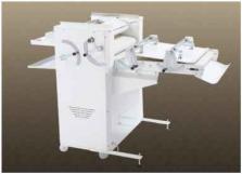 Rohlíkovací stroj s vyvalovací přítlačnou deskou