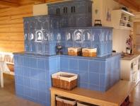 Kachlová pec, topeniště s technické místnosti. Kachle Kaple a Hladká