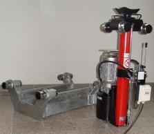 Elektrohydraulický jámový zvedák s hydraulickým agregátem na zvedáku