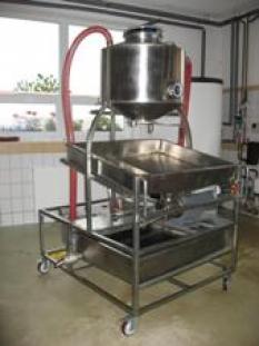 Odšťavňovací zařízení s automatickým nasáváním produktu
