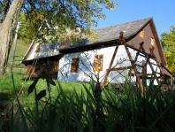 Pronájem tří klasických roubených chalup každá skapacitou 20 osob vhorské obci Nové Losiny vcentru Jeseníků, ideální místo ke strávení jak letní, tak zimní dovolené, ale také kpořádání víkendových oslav, sešlostí nebo svateb.