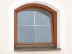dřevěné obloukové okno