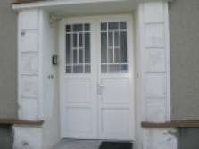 bílé vchodové dveře