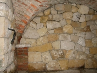 Kamenný vinný sklípek s křížovou klenbou
