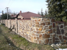 plot z prírodného kameňa
