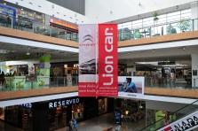 Reklamný baner v tvare kríža v obchodnom centre